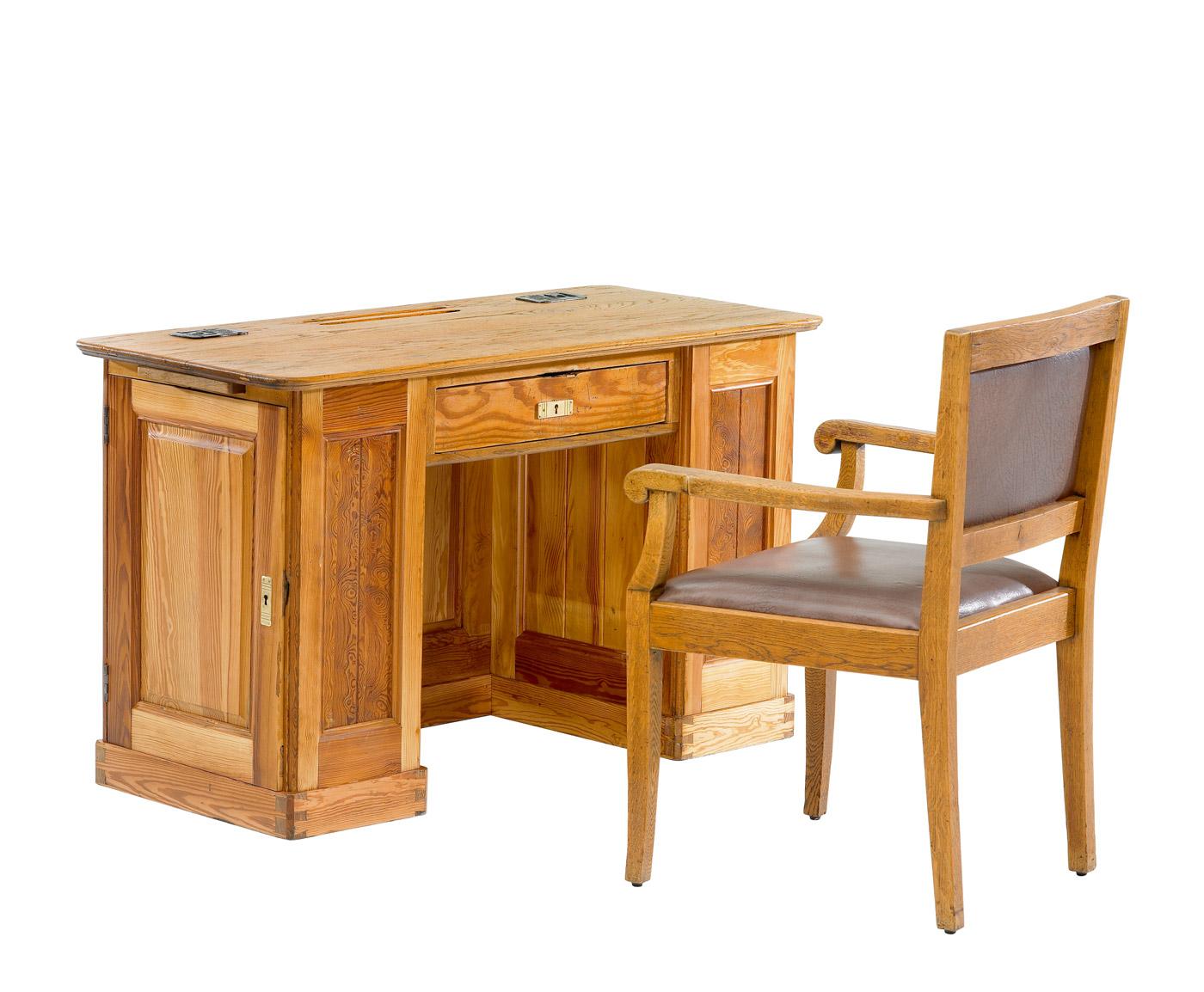 Vs the school museum historic school furniture for Table vs desk